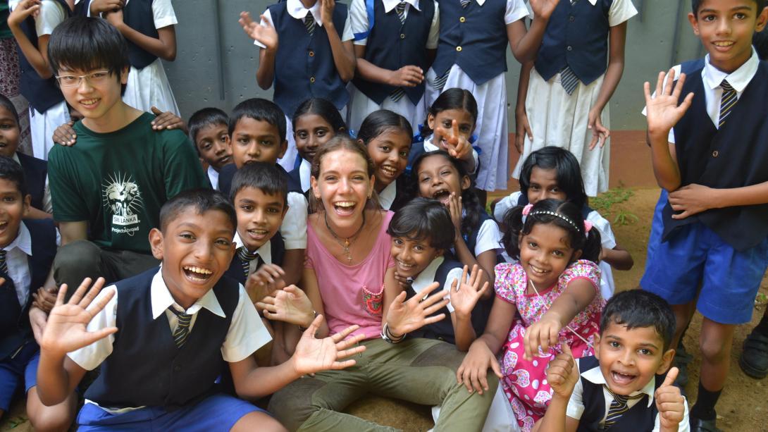 Niños de Sri Lanka jugando con jóvenes voluntarios.